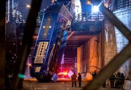 В Нью-Йорке пассажирский автобус вылетел с эстакады и повис на гармошке