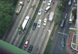 В Гонконге на дорогу рассыпали 2 миллиона долларов
