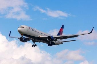 Авиакомпания Delta извинилась перед снятым с рейса россиянином