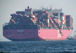Во время шторма с японского судна за борт упало 2 000 контейнеров