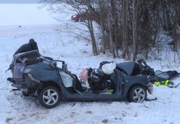 На шоссе Таллинн-Тарту грузовик столкнулся с легковым автомобилем: двое погибших