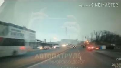 На YouTube попало ВИДЕО, как автоледи протаранила толпу пешеходов на переходе во Владивостоке