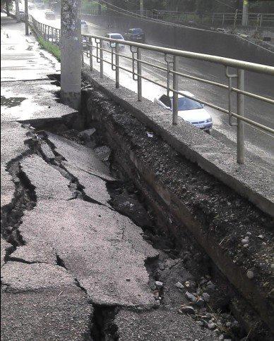 В Красноярске стена рухнула на машину: двое погибших