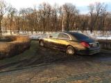 Киевлянка на роскошном Мерседесе припарковалась в грязи на клумбе возле элитного ресторана
