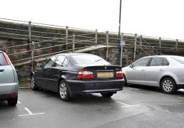 Оставленный на парковке BMW класса люкс порос травой