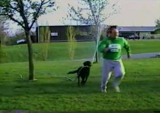 Пес украл поливочный шланг у хозяина и устроил ему обливание