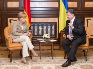 Меркель призвала Украину к перемирию и дала полмиллиарда евро