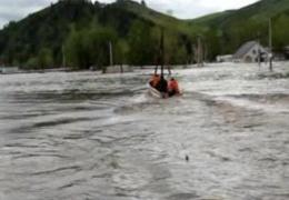 Паводковая вода прорвала дамбу в пригороде Барнаула, заливает второй район