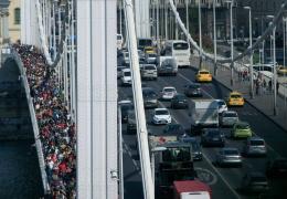 Беженцы пошли пешком из Будапешта в Вену