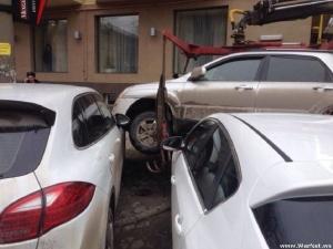 В Ростове эвакуатор уронил кроссовер KIA на две другие иномарки