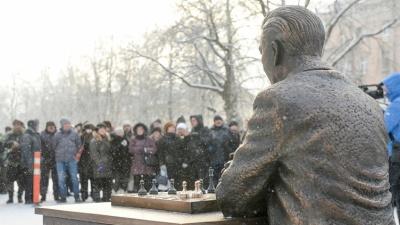 Ошибки на пояснительной табличке к памятнику Паулю Кересу исправили