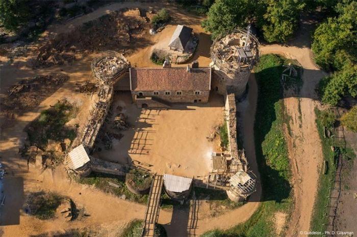 Французы 20 лет строят средневековый замок по средневековым технологиям