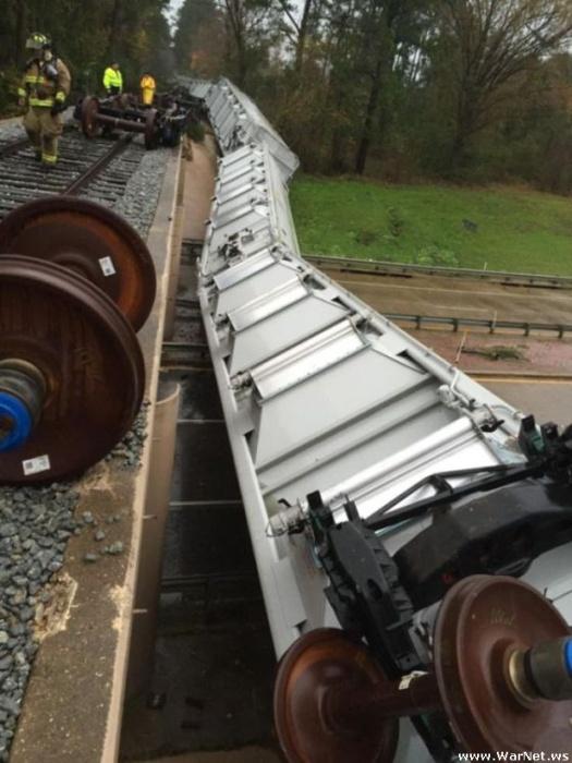 В США сильный ветер опрокинул вагоны поезда