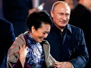 Путин подал плед жене Си Цзиньпина, шокировав Китай и вызвав пересуды в мировых СМИ
