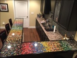 Парень 5 лет собирал пивные крышки и затем украсил ими барную стойку на кухне