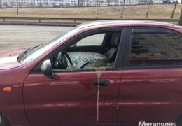 Из-за рекламной акции магазина муж залил машину жены бетоном. Фото