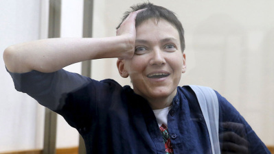 """Президент Украины вручил Савченко звезду """"Героя Украины"""""""