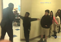 """Приветствия """"танцующего учителя"""" набирают популярность в Сети"""