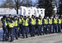 ФОТО: на торжественном построении полицейским в Нарве вручили грамоты и знаки отличия