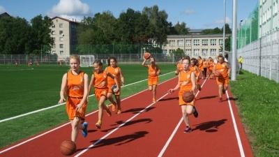 У 6-й школы в Нарве открыли новый стадион имени Валентина Шидловского