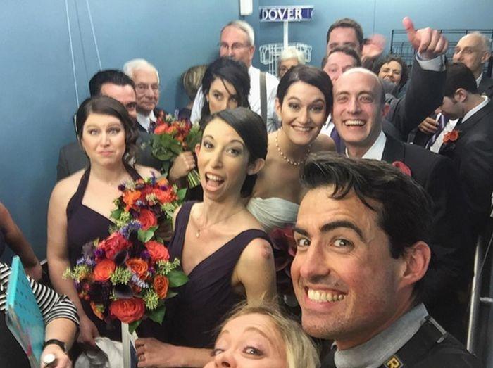 Молодожены и их гости застряли в лифте в день свадьбы