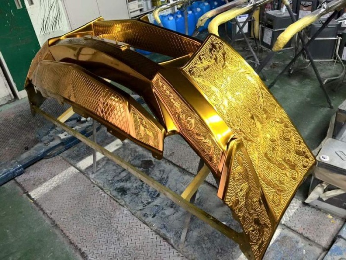 Резной Nissan GT-R в золотых доспехах