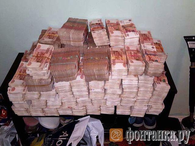 При обыске питерской квартиры полицейские обнаружили 605 млн рублей в старом диване