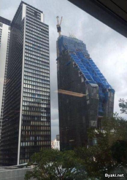 Падающая новостройка вызвала панику у тайцев