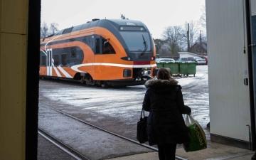 Между Саку и Каземетса автомобиль врезался в поезд, ж/д сообщение нарушено