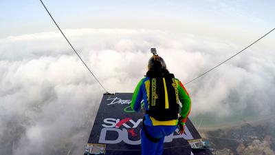 Смотрим за тем, как бейсджамперы прыгают с самого высокого жилого здания в мире