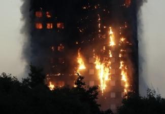 Число жертв пожара в лондонской высотке увеличилось вдвое, десятки человек пропали без вести