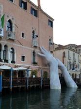 В Венеции появилась скульптура, представляющая собой торчащие из воды руки