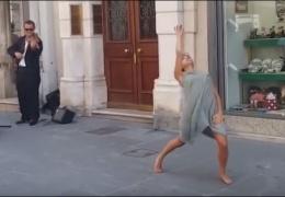 Девушка станцевала под музыку уличного музыканта в Италии