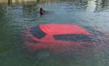 Навигатор отправил дамочку прямо в озеро