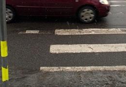 В Нарве на пешеходном переходе автомобиль сбил женщину