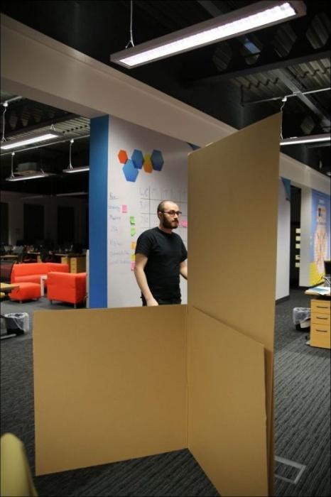 Парни построили картонный замок в своем офисе