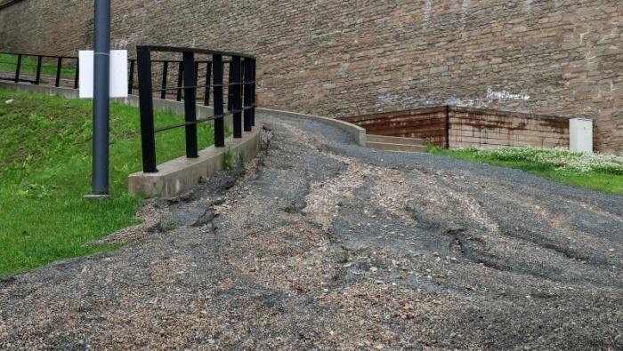 ФОТО: сильный ливень в Нарве смыл всю красоту вокруг знаменитого променада