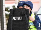"""ФОТО: скорая помощь, полиция, следы """"крови"""" – в Нарве прошли учения на случай стрельбы в школе"""