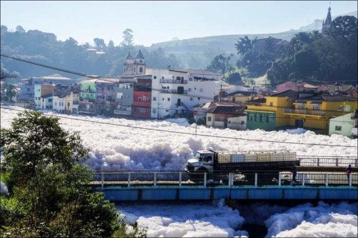 Густая пена на реке Тиете в Бразилии