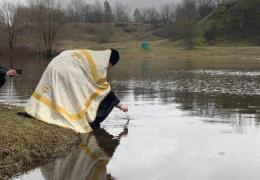ФОТО: в Нарве Крещенские купания прошли при моросящем дожде