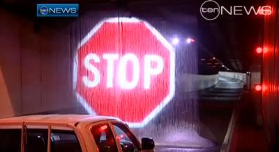 В Австралии борются с невнимательностью водителей с помощью воды и проектора