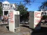 Холодильники на улицах Нового Орлеана, как одно из последствий урагана Катрина