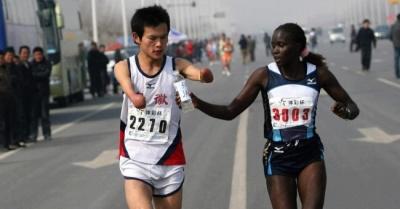 Чтобы помочь незнакомцу, эта спортсменка совершила потрясающий поступок