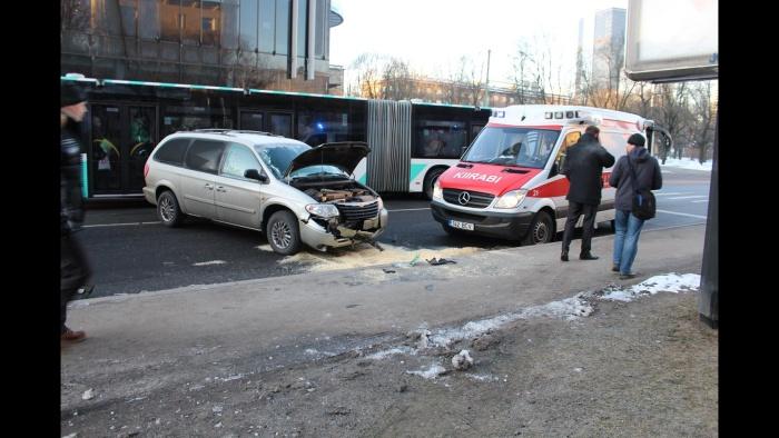 ФОТО: водитель автобуса потерял сознание и почти въехал в дом на улице Гонсиори