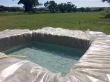 Все гениальное — просто: семья построила бассейн в саду за домом, используя тюки сена