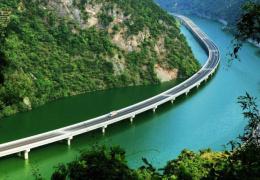 В Китае новый мост-шоссе пустили прямо по руслу реки (4 фото)