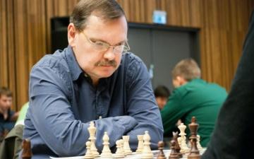 Известный шахматист Яан Эльвест провел в Нарве сеанс одновременной игры на двадцати досках