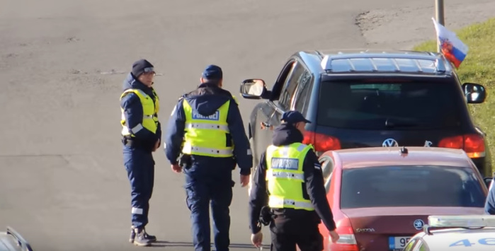 Немое кино: две служебные машины и четыре полицейских на один флажок