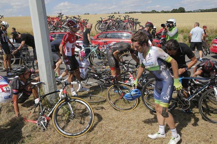 Массовый завал на велогонке «Тур де Франс»
