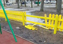 В Нарве ищут сломавших детскую площадку вандалов
